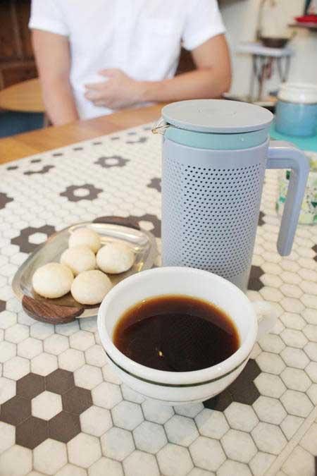 ホットコーヒーとホットティーはポットで提供