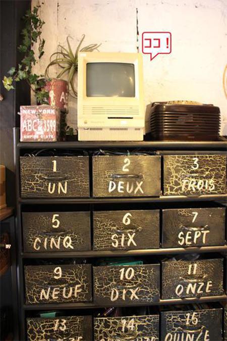 店内にはMacの昔のモデルも展示