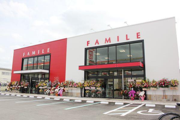 ファミールの目の前には赤と白のコジマとユニクロの合同店舗