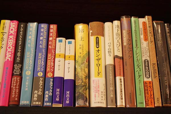 本棚には新刊・古書が一緒に並べられている