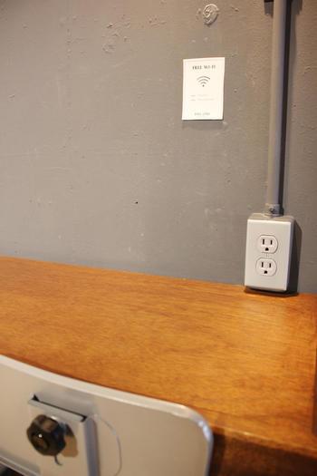 店内にはFree Wi-Fiとコンセント