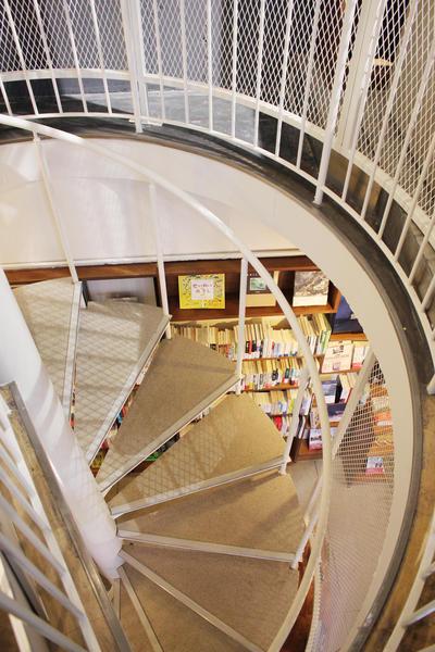 2階へは螺旋階段を使う