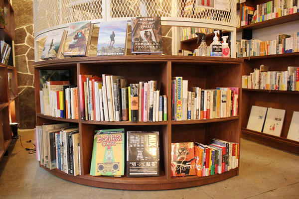 階段の周辺にも本棚