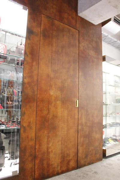 1階の試着室の壁と扉