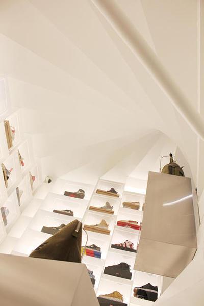 店内の螺旋階段
