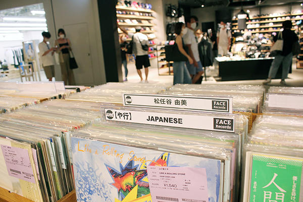 日本人アーティストのレコードも目立つところに陳列