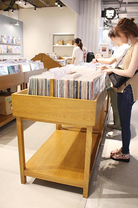 レコードが並ぶ木製の什器