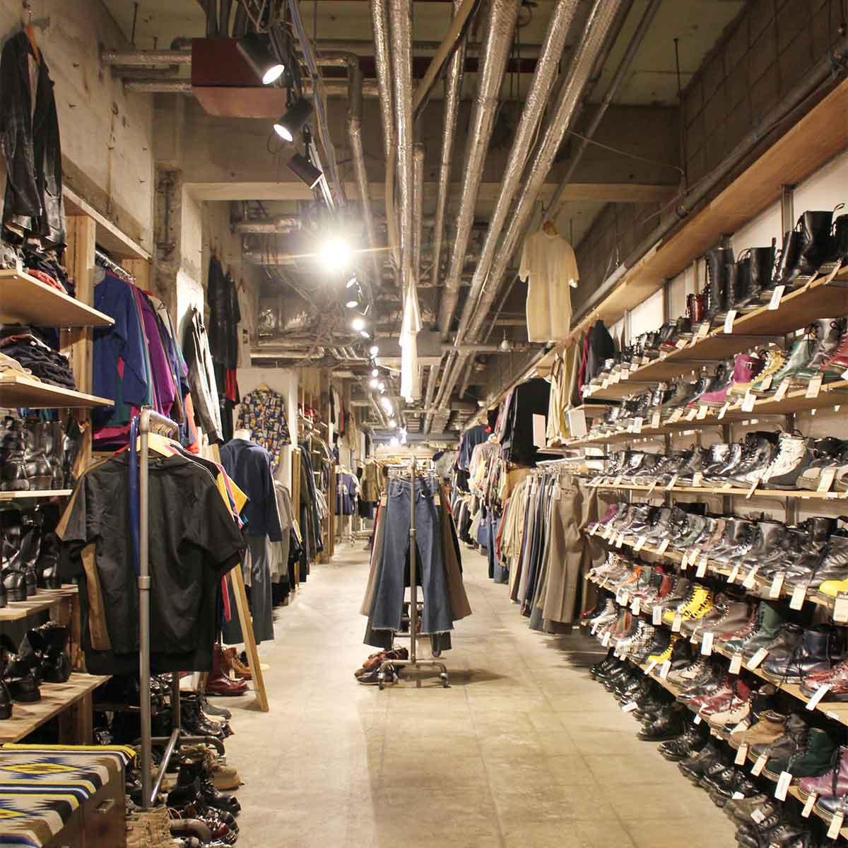 以前は複数の飲食店が入っていた広い空間。右に見えるは、同店の強みでもあるドクターマーチンのブーツ。壁一面に並ぶ
