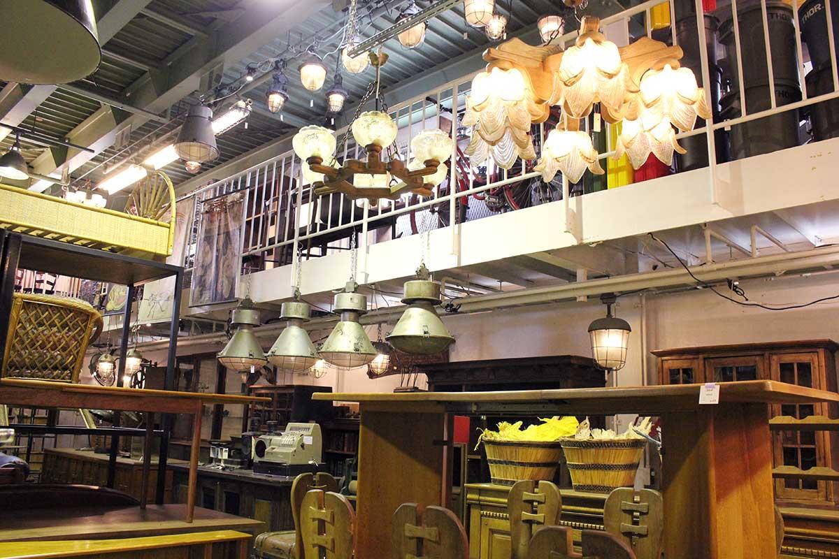 1階に並ぶのは大型家 具、ショーケース、照明、建具などの建材