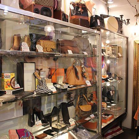 ハイブランドのバッグや雑貨が並ぶコーナーは天井からの照明を増やし、全体を明るく華やかにしている