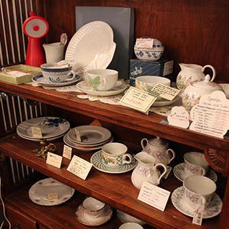 洋食器も数多く販売。陳列している什器の多くも販売している