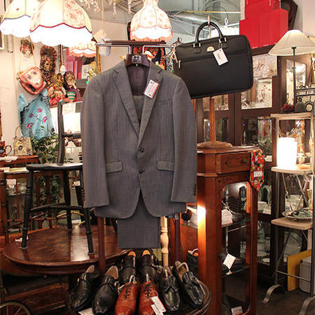 メンズのコーナー。こちらもスーツ、靴、バッグなどを組み合わせて、実際に着用した時のイメージが湧くように提案している