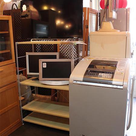 店内の奥には洗濯機やテレビなどの家電コーナーがある