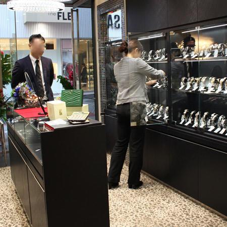 男性向けのアイテムが並ぶ1階の店内。黒を貴重にした什器で、落ち着いた雰囲気をつくっている