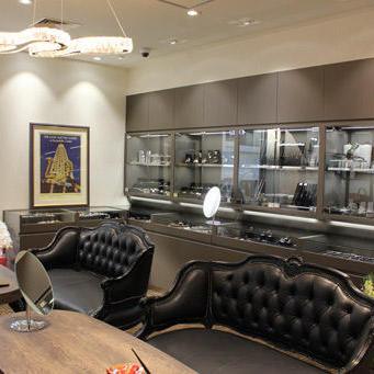 3階のフロア。女性向けのバッグやジュエリーのコーナーということで、1階や2階の時計フロアに比べて明るく優しい雰囲気。各フロアにはテーブルとソファが置いてあり、ゆっくりと商品を見ることができる