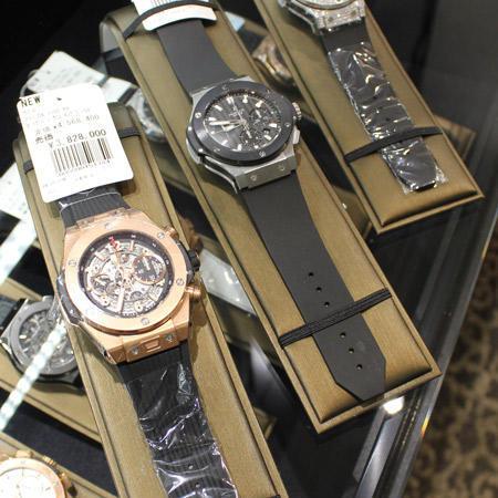 2階の時計コーナーには人気ブランドの「ウブロ」が300点並ぶ。中でも売れ筋商品を揃えている。開店直後、このコーナーを目指してやってくる男性客の姿も見られた