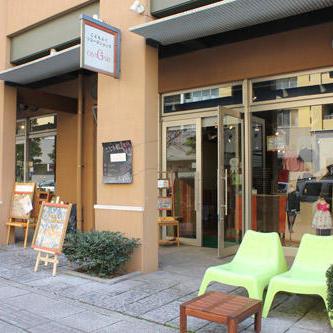 OSAGARIの外観。店の前にはイスやテーブルを置き、お客以外にも店の前を通る人が休んでもらえるようにしている