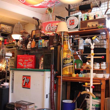 奥はアメリカ雑貨の別館となっている。ポスターや雑貨、ファイヤーキングなどが並び、表の部分とは雰囲気を変えている