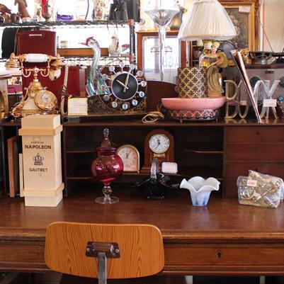 特に売りたいイギリスのビンテージテーブルの上には、ちょっと変わった形のランプや時計を置いてインパクトを与え、お客の目に留まるようにしている