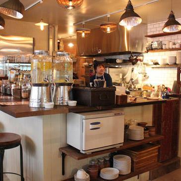 カフェはオープンキッチン。ランチには子どもを連れた女性客も多く訪れる