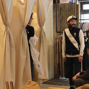 フッティングコーナーは倉敷の布メーカーから帆布を取り寄せて天井から吊るして設置。近くにソファもあり、スタッフやお客同士で会話しながら、ゆっくり試着できる