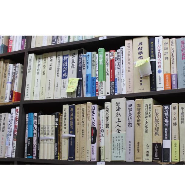 鶴見には曹洞宗大本山の總持寺があることから、宗教関係の書籍が充実。入口近くには仏教をはじめ、様々な宗教の本を陳列している
