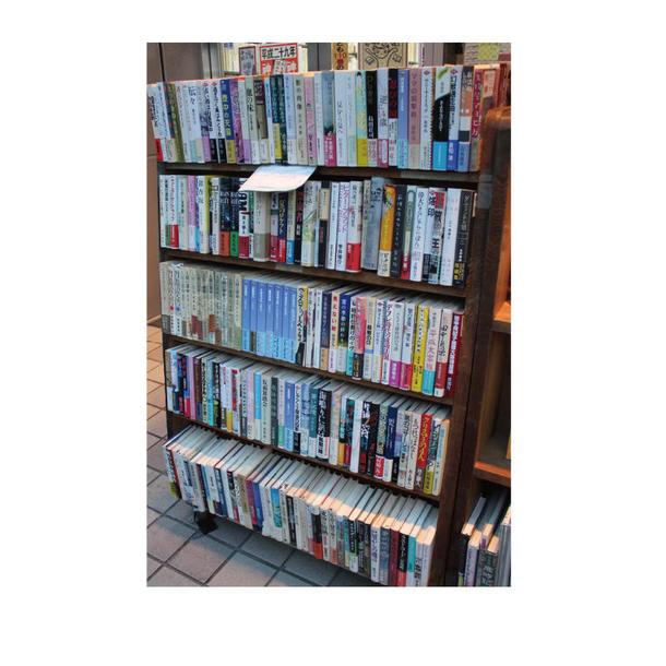 1冊100円のコーナー。小説などの一般書が入荷した時はこのコーナーで販売している。専門的な本が多い同店では、なかなか一般客が店内まで入ってくることが少ないため、外に置く一般書の価格を安く設定し、店内へと誘導している