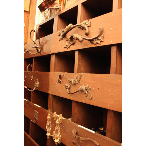 ラファイエットではドアハンドルなどの真鍮パーツも販売している。パーツが入ってる棚には、パーツそのものが取り付けてあり、イメージが湧きやすくなっている