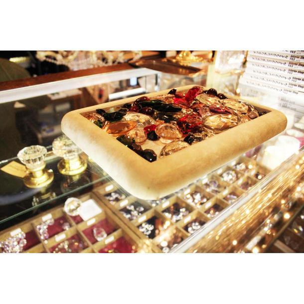 お客はヨーロッパから取り寄せたクリスタルを選んで、シャンデリアをオーダー可能。