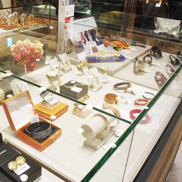 ジュエリーコーナー。カルティエ、ブルガリ、ティファニーなどのブランドが人気。
