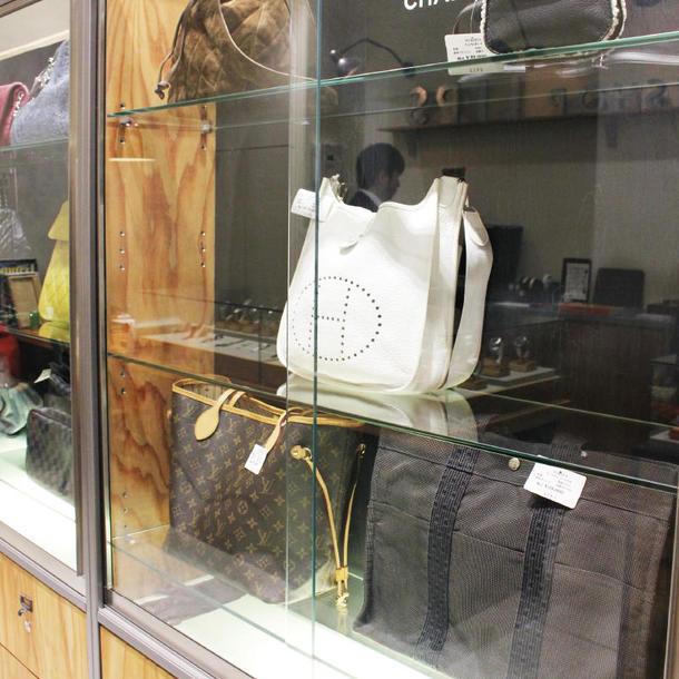 バッグコーナー。時計などの数十万円以上する高額商品が多い中、バッグは比較的手頃な値段のものを並べている